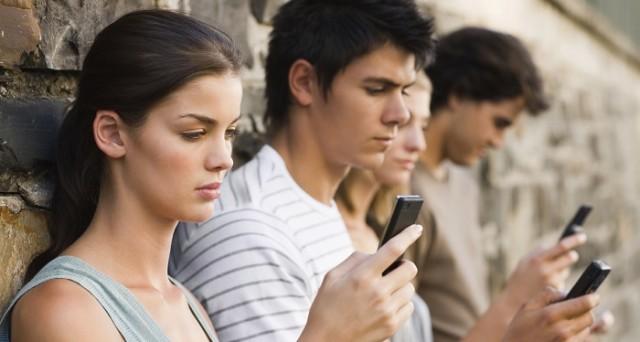 Gli italiani sono sempre più mobile: 1 su 2 possiede uno smartphone e lo sfrutta per navigare sui social network. Lo dice uno studio Gfk commissionato da Vodafone Italia.