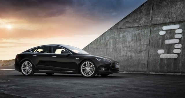 Un successo di prenotazioni straordinario per Tesla Model 3, l'auto elettrica economica che arriverà entro la fine del 2017 negli USA e nel 2018 in Europa.