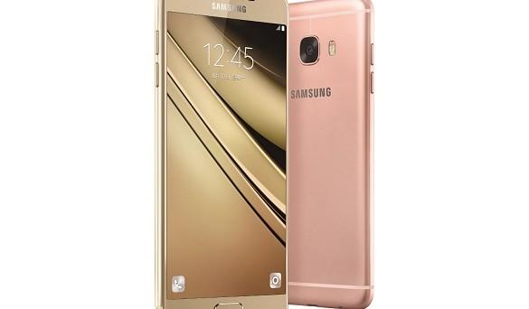 Il Galaxy C5 sarà inizialmente commercializzato con un prezzo di circa 300 Euro per il modello con 32 GB di storage e di circa 330 Euro per il modello da 64 GB