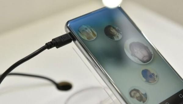 Grande innovazione dalla casa giapponese che ha deciso di tornare sul mercato mobile. Ecco il concept di Sharp Corner R. Dal display IGZO al design. Tutte le ultimissime novità.