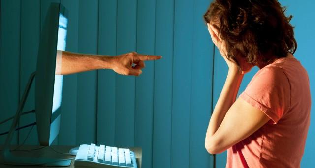 Cos'è il cyberbullismo e perché è più pericoloso del bullismo 'semplice'? Una persona può essere screditata rapidamente all'interno della sua comunità social e i contenuti offensivi sono spesso difficili da rimuovere. Ecco cosa prevede