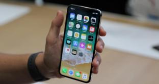iPhone X, il Face ID è un flop, bimbo sblocca melafonino della madre