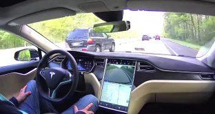 Usi lo smartphone mentre sei alla guida? Questi cartelli stradali hi tech ti scoprono