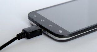 Smartphone sotto carica, i consigli per non affaticare la batteria