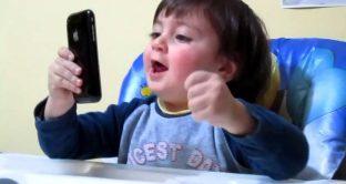 Bambino blocca iPhone per 47 anni, stava solo giocando in attesa della mamma
