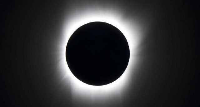Grande spettacolo stanotte nei cieli, c'è l'eclissi lunare più lunga del secolo, ecco alcune info sull'evento record.