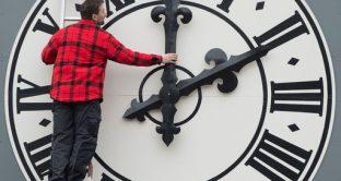 Basta ora solare e legare: arriva lo stop della Commissione Europea dopo voto online