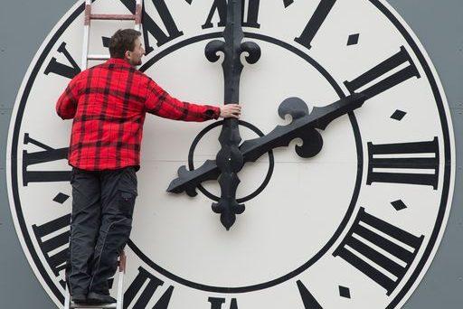 E' tempo di cambiare, arriva il giorno del cambio orario, stanotte si passa all'ora solare, ma forse sarà l'ultima volta.