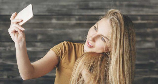 Una veloce guida per spararsi un selfie perfetto e metterlo sui social.