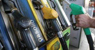 Prezzo della benzina giù alla pompa