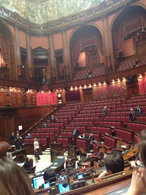 Assenteismo roberta lombardi fotografa il parlamento for Oggi in parlamento