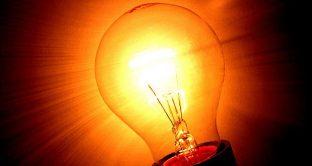 Fondamentale mettere in campo alcune pratiche per risparmiare sulla bolletta elettrica: attenzione alla trappola degli scatti, occhio al confronto offerte, all'addebito e tanto altro.